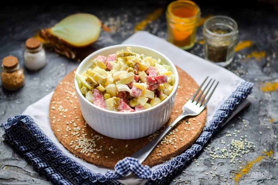 Салат из колбасы и маринованного лука