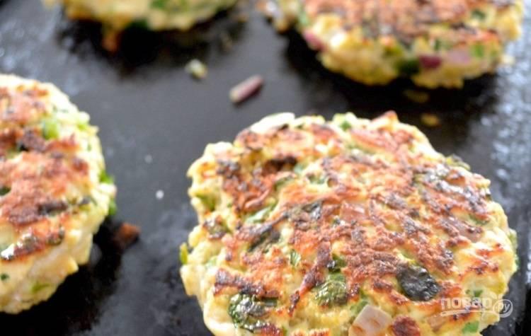7.Разогрейте сковороду с растительным маслом и выложите котлеты, обжаривайте около 5-7 минут с каждой стороны.