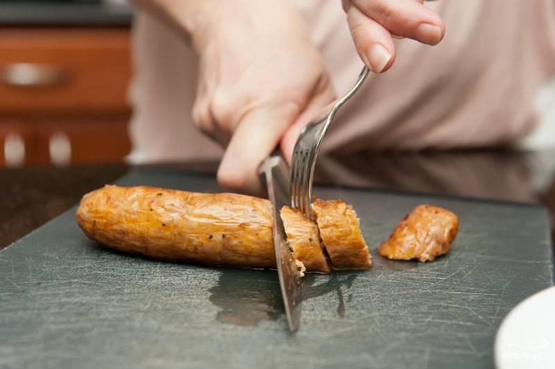 Нарезаем готовые сосиски.