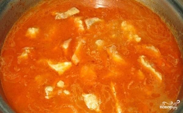 5. Добавляем томатную пасту, заливаем водой. Тушим около 20 минут на среднем огне.