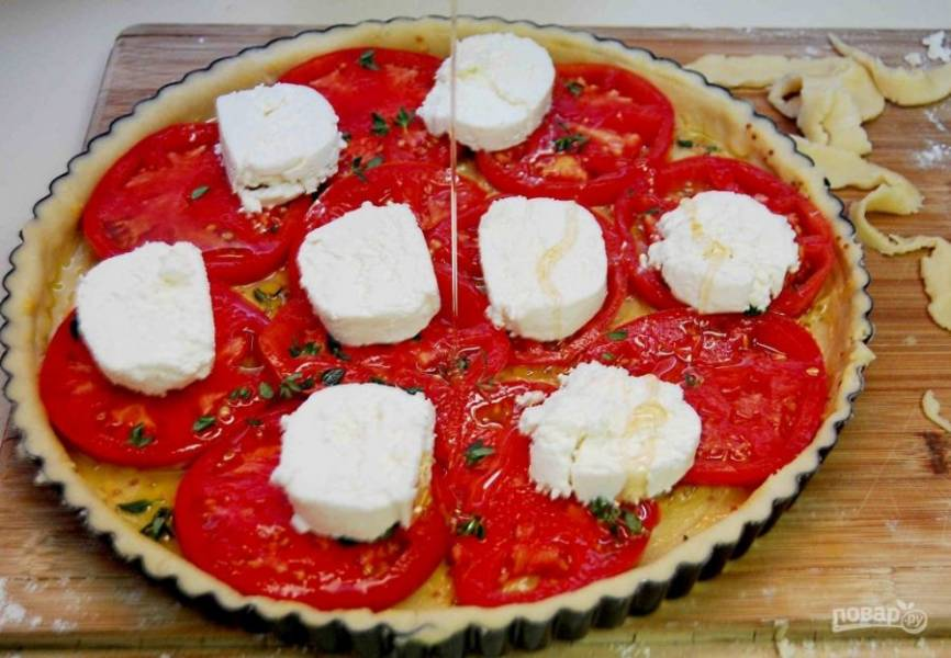 3. Через пару минут выложите помидоры кружками. Сбрызните их маслом. Сверху разложите сыр кусочками.