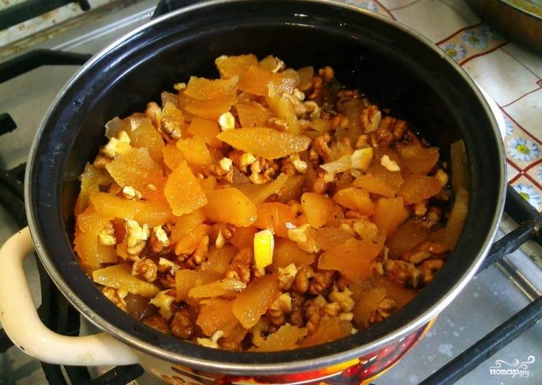 Айву в сиропе поставьте на медленный огонь. Тем временем подготовьте орехи. Каждое ядрышко разломайте на 4 части и добавьте к айве. Варите варенье 20 минут, затем слегка его остудите.