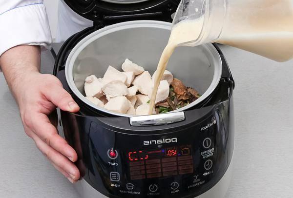 """Опять кладем в чашу отваренное филе, грибы и фасоль, заливаем все бульоном. Включаем режим """"Мультиповар"""" и тушим фрикасе при 120 градусах 10 минут."""