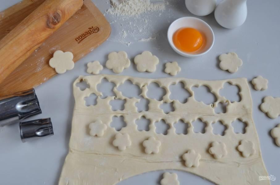 Из остатков теста сделайте украшение для пирога. Я вырезала цветочки формой для печенья.