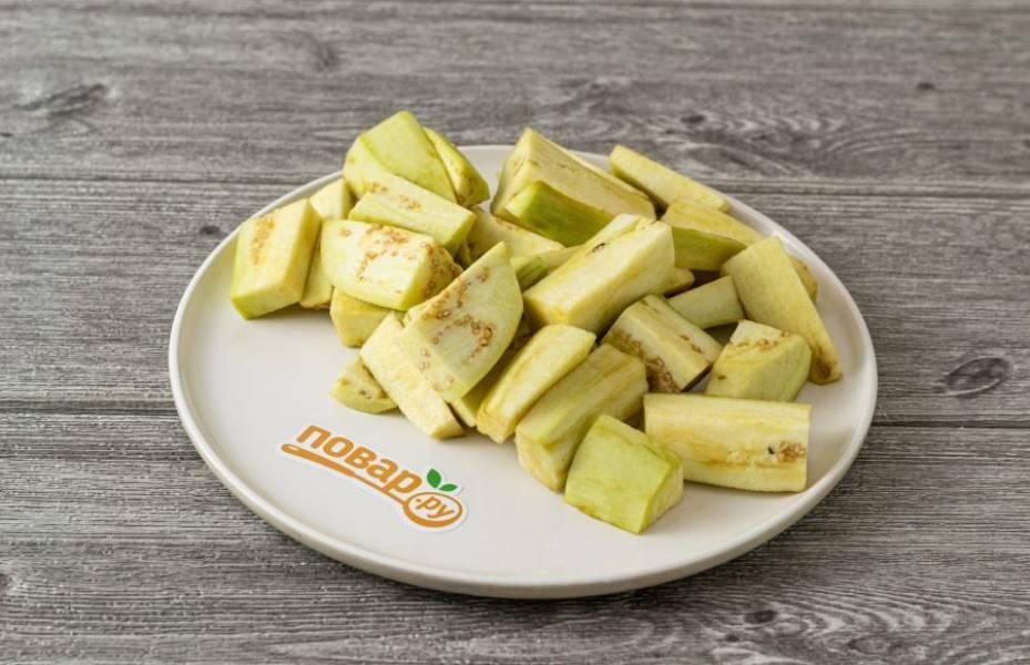 Нарежьте баклажаны ломтиками среднего размера.
