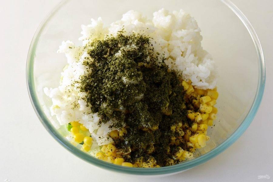 Добавьте консервированную кукурузу, нори и рис.