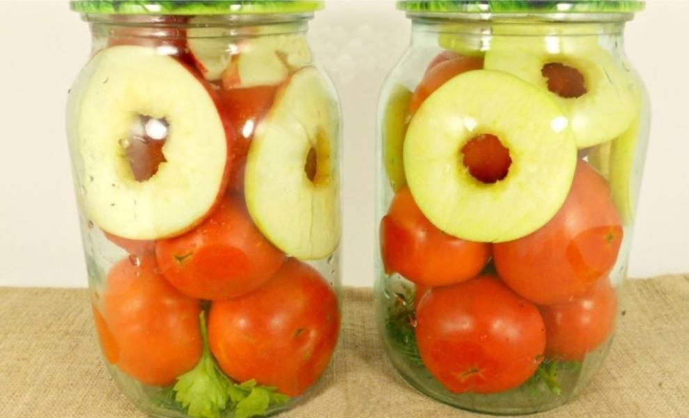 3. По краям банок и сверху помидоров разместите колечки яблок, а сверху еще помидоры.