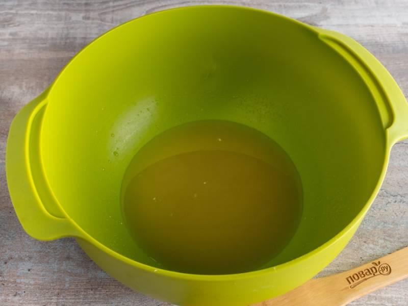 Когда опара поднимется, начните приготовление теста. В немного теплой воде разведите дрожжи. Добавьте соль, сахар и ванилин.  Перемешайте.