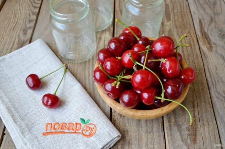 Вымойте тщательно ягоды и баночки, крышки.