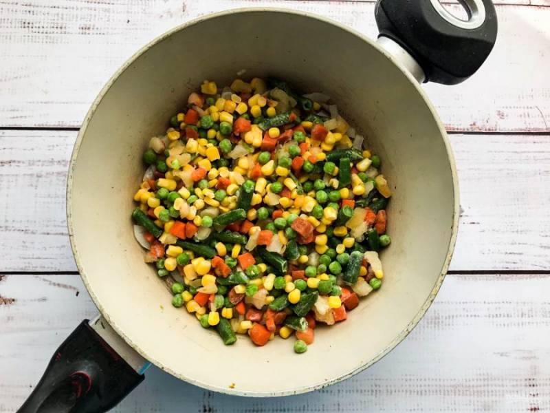 Добавьте овощную мексиканскую смесь, перемешайте и жарьте 3-4 минуты.