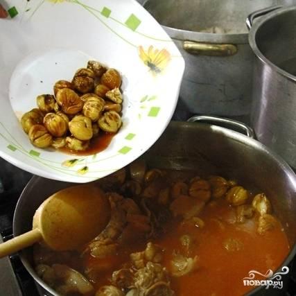 Когда 1 час варки свинины в воде прошел, добавляем к ней томатное пюре и тушим еще 30 минут. Затем добавляем в кастрюлю каштаны.