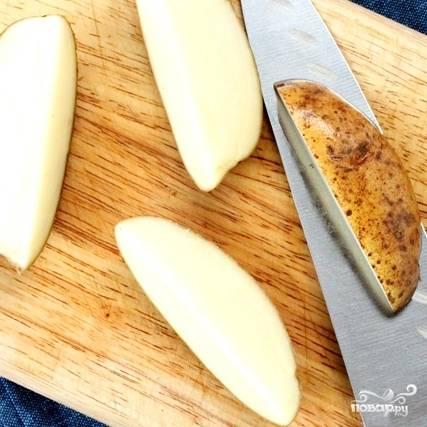 Крупные картофелины нарезаем на 4-6 частей. Если картофель молодой, то его можно даже не чистить, просто слегка потереть щеткой или тщательно промыть.