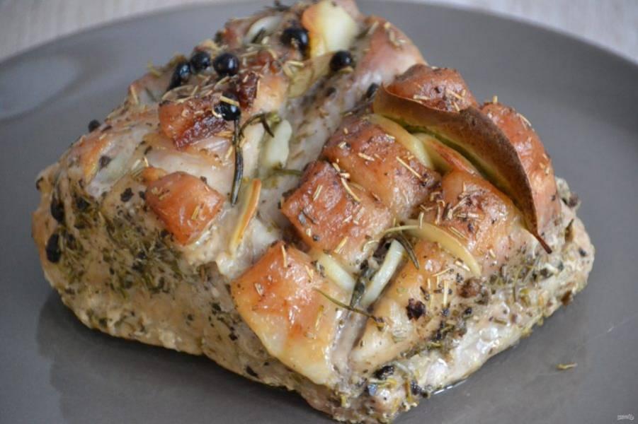 Готовый карбонат можно употреблять как горячее блюдо с любыми гарнирами, а можно охладить и использовать его для холодных бутербродов и закусок.