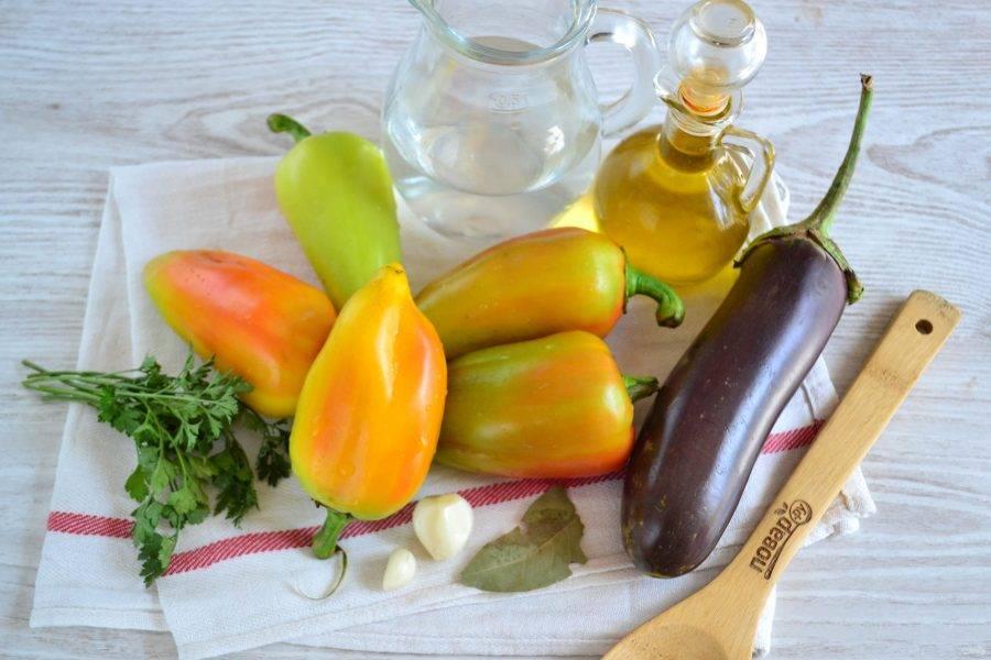 Подготовьте все необходимые ингредиенты. Перец советую брать нескольких цветов, тогда он очень ярко и аппетитно будет смотреться в банке.