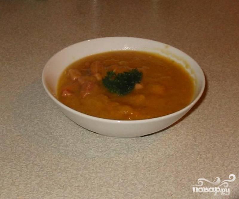 6.Добавить окорок в суп и разогреть. Хорошо помешать и попробовать на вкус. Добавить соль и перец по вкусу. Подавать суп в глубоких тарелках и посыпать петрушкой. Этот суп можно замораживать. В замороженном виде он может храниться около месяца.