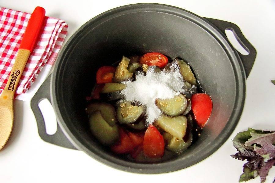 Затем добавьте масло, уксус, соль и сахар. Доведите до кипения и проварите на тихом огне 20 минут.