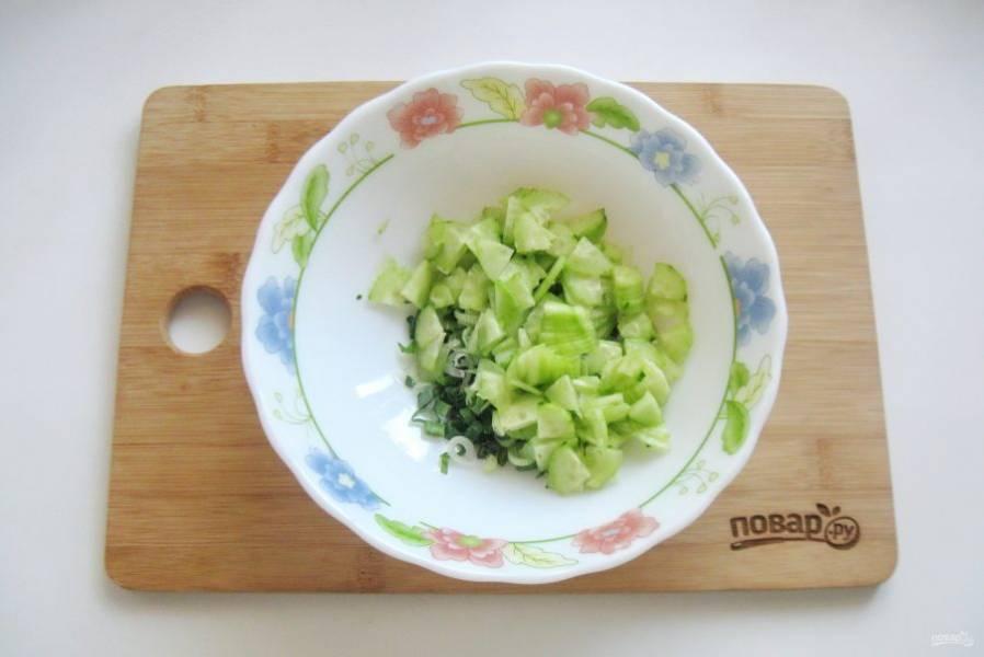 Огурцы помойте, очистите и нарежьте кубиками. Добавьте в салат.