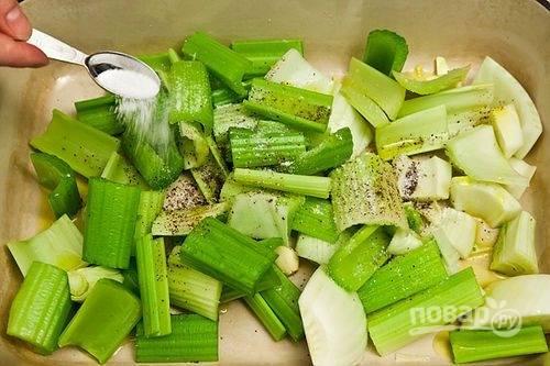 4.Выложите все овощи в жароупорную форму, посолите и поперчите, полейте оливковым маслом.