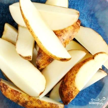 Кладем нарезанный картофель в миску.