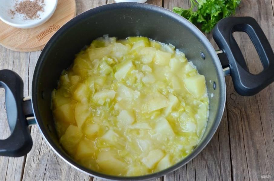 6. Проверьте овощи на готовность. Посолите по вкусу.