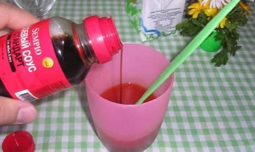3. Теперь самое время сделать соус-маринад. Он будет также довольно простым. К томатному соусу добавить немного растительного масла, соевого соуса и чили. Если нет острого соуса, тогда можно добавить немного измельченного перца чили. Посолить и поперчить маринад по вкусу. По вкусу добавить сушеные травы. Можно положить измельченную зелень. Все тщательно перемешать.