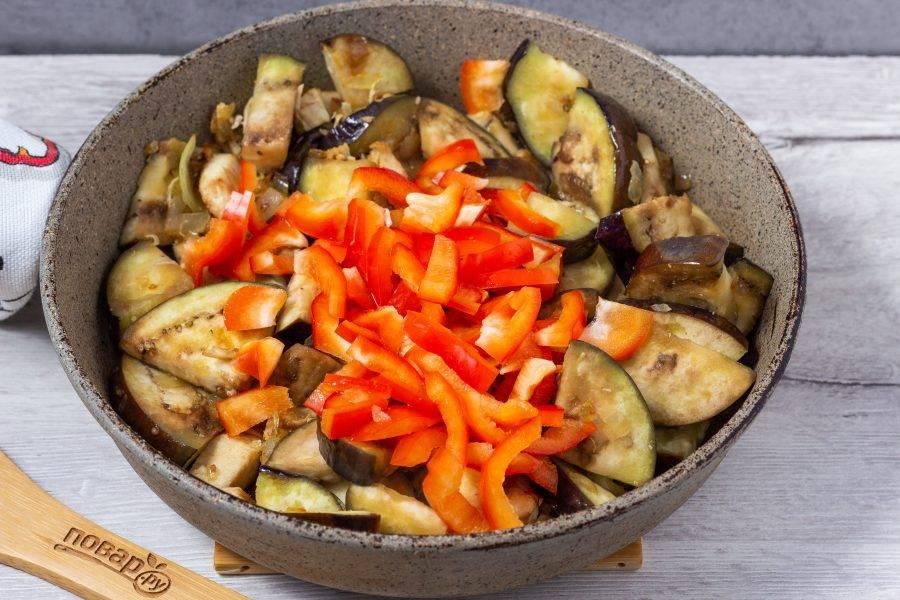 Добавьте нарезанный перец. Жарьте ещё 3-4 минуты.