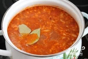 Довести до кипения, ввести в суп толченые орехи с чесноком, добавить лавровый лист и дать медленно прокипеть минуты 3-4.