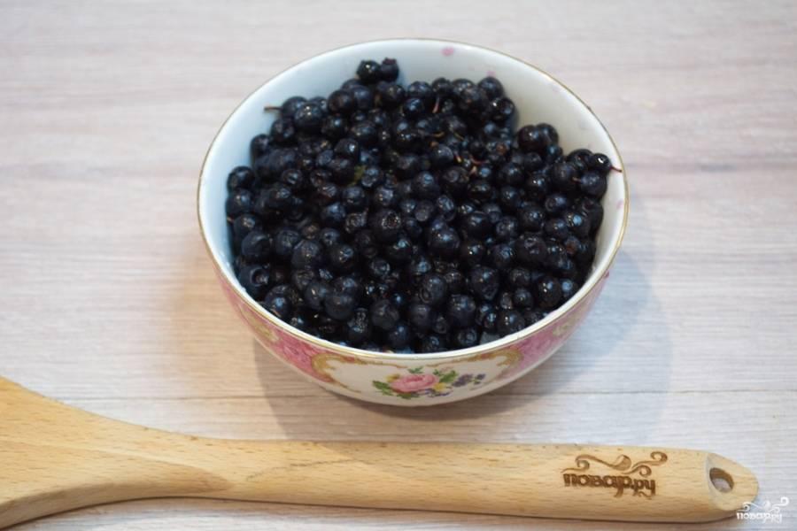 Ягоды черники необходимо перебрать. Мусор удалите, промойте ягоды и высушите естественным способом. Старайтесь не повредить ягоды при мытье.