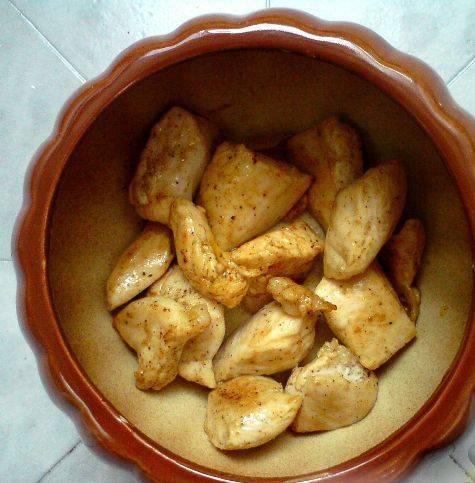 2. Обжарив курочку, выкладываем ее в горшочки. У меня получается 2 порции. Грибы можно обжарить вместе с филе, а можно отдельно.