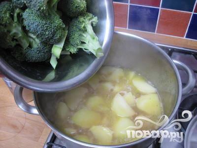 По истечении 10 минут, добавьте брокколи и готовьте ещё 15 минут (не забудьте закрыть крышкой).