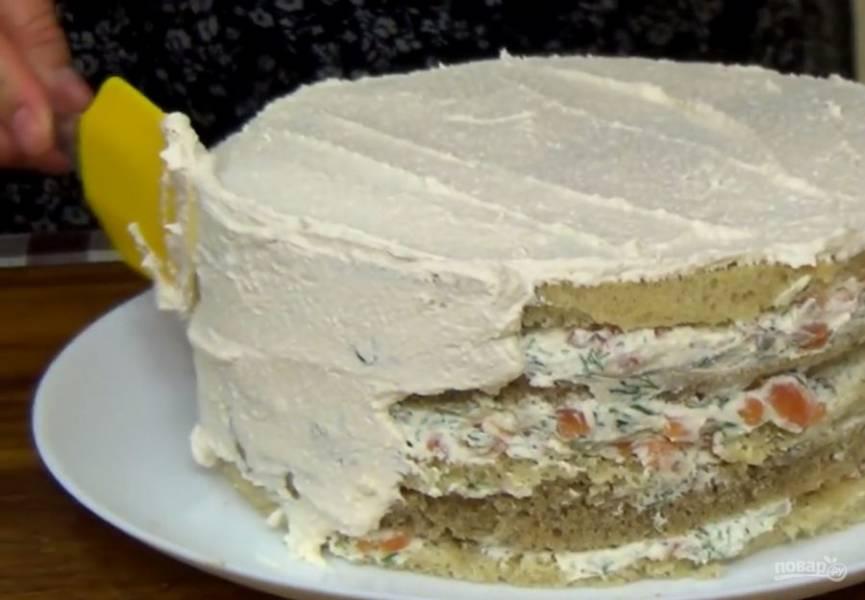 3. Смажьте коржи начинкой, последний придавите грузом и отправьте торт в холодильник на два часа. Перед подачей обмажьте торт оставшимся сливочным сыром.