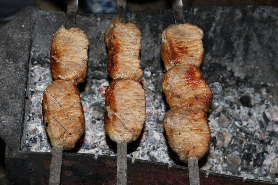 Сделайте насечки на мясе, полейте водой и жарьте до готовности.