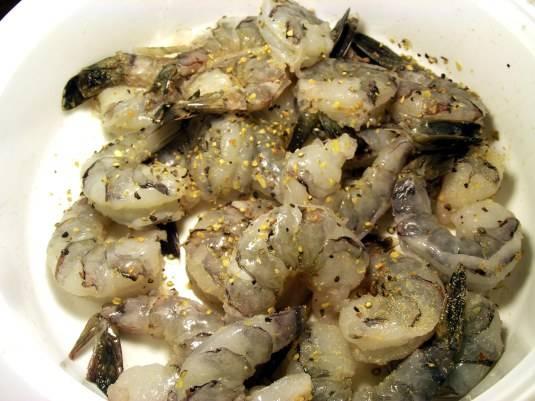 """1. Креветки хорошо промойте под проточной водой, очистите. Выложите их в глубокую миску, добавьте соли, черного молотого перца, мелко порубленный чеснок и приправу """"Универсальная""""."""