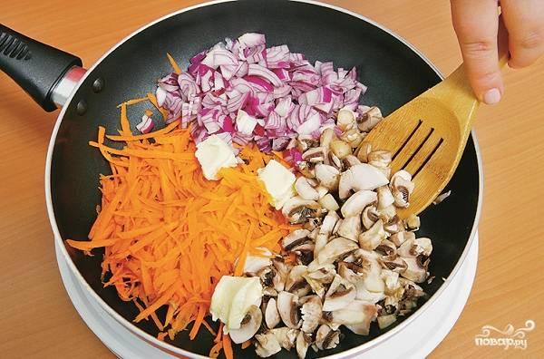 1. Для начала займемся начинкой. Очистите лук и морковь. Вымойте и обсушите грибочки. Все измельчите. На сковороде разогрейте растительное масло, обжарьте все до готовности на среднем огне. Посолите по вкусу, можете также использовать в рецепте приготовления постных голубцов с грибами специи и сушеные травы.