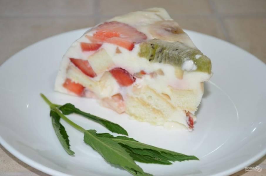 11. Отправляем в холодильник минимум на 4 часа. Затем достаем наш фруктовый торт с желатином и нарезаем его на части.
