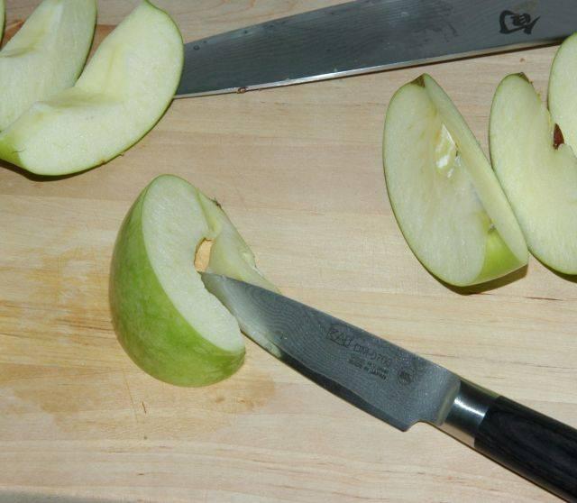 Вырезайте сердцевины яблочных долек.