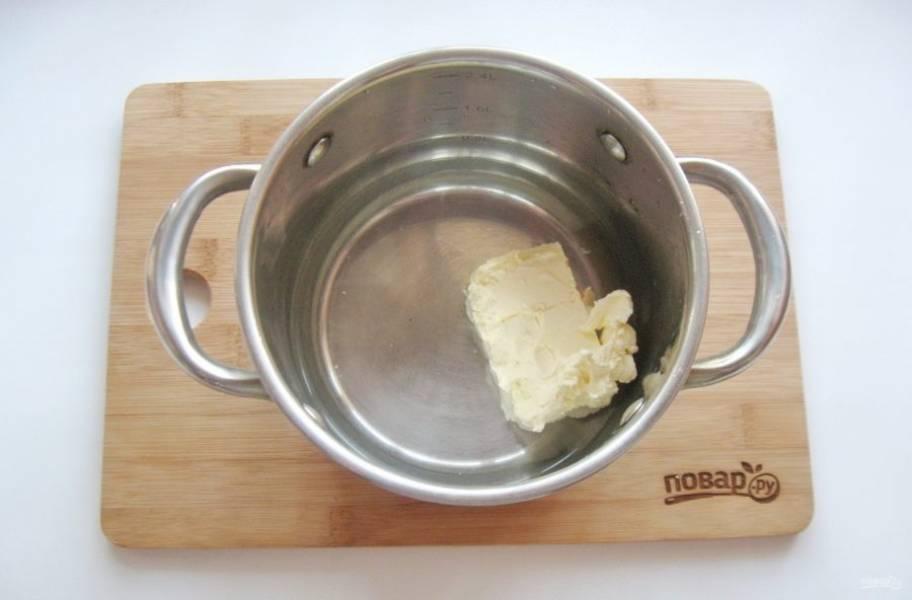 А тем временем приготовьте тесто для профитролей. В кастрюлю выложите 100 грамм сливочного масла и налейте стакан воды. Поставьте на плиту.