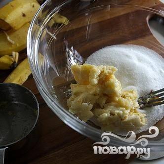 5. В средней миске размять остатки бананов, чтобы получилась 1 чашка. Добавить оставшиеся 1/2 стакана сахара и перемешать. Взбить с яйцом, яичным белком и ванильным экстрактом.
