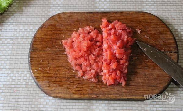 Грейпфрут очистите от кожуры и плёнок. Мелко его нарежьте вместе с сёмгой.