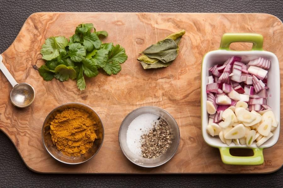 Готовим карри: порежьте лук и чеснок (не мельчите). Подготовьте специи. Промойте листья лайма и кинзу. В кастрюле разогрейте оливковое масло, добавьте оставшийся карри. Обжаривайте, помешивая. По виду и густоте должно напоминать томатную пасту.