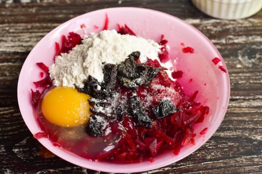 Добавьте муку, соль и перец черный молотый. Хорошо перемешайте все ингредиенты.