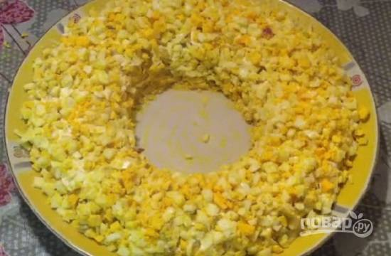 И выкладываем слой из яиц. Каждый слой можно слегка подсаливать.