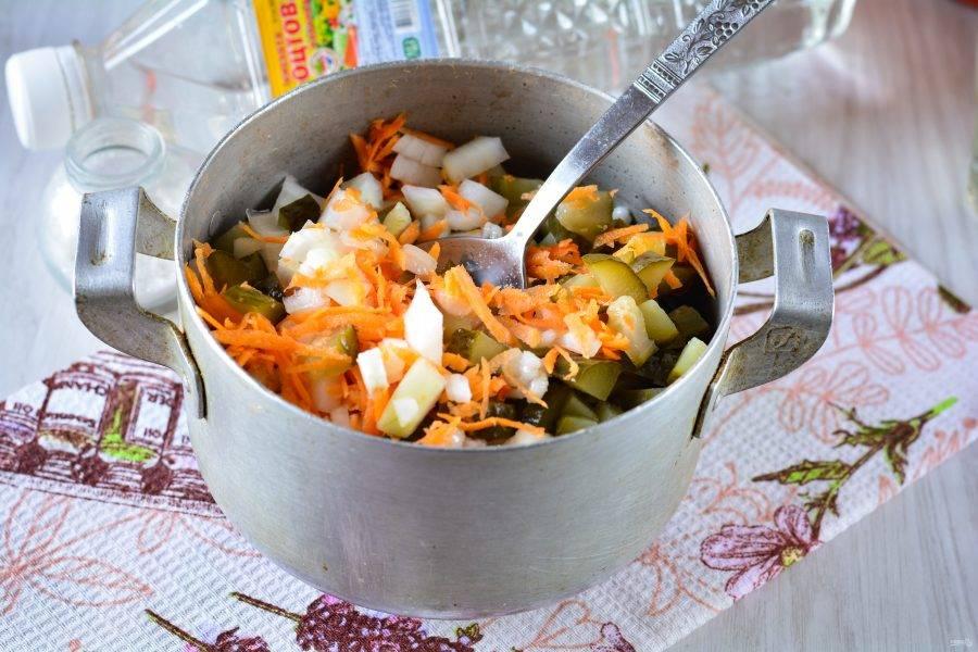 Сваренную перловку смешайте с овощами, добавьте сахар, соль, влейте масло и уксус. Тушите на медленном огне при помешивании 20-25 минут. Огурцы и овощи должны стать мягкими, попробуйте салат на вкус.