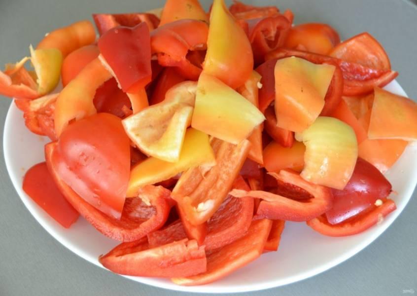 Очистите и произвольно нарежьте болгарский перец.