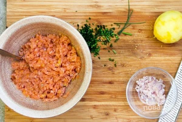 2. Очистите и очень мелко нарежьте шалот и филе копченой рыбы. Добавьте цедру лимона и немного белого перца. Тщательно перемешайте все до однородности.