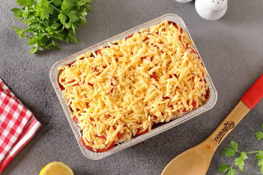 Посыпьте все тертым сыром и запекайте в духовке при температуре 180 градусов в течение 45 минут.