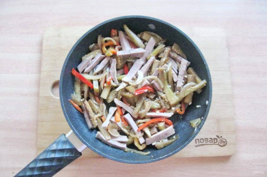 Посолите, перемешайте все ингредиенты. Прогрейте еще 3-4 минуты и снимайте с плиты.