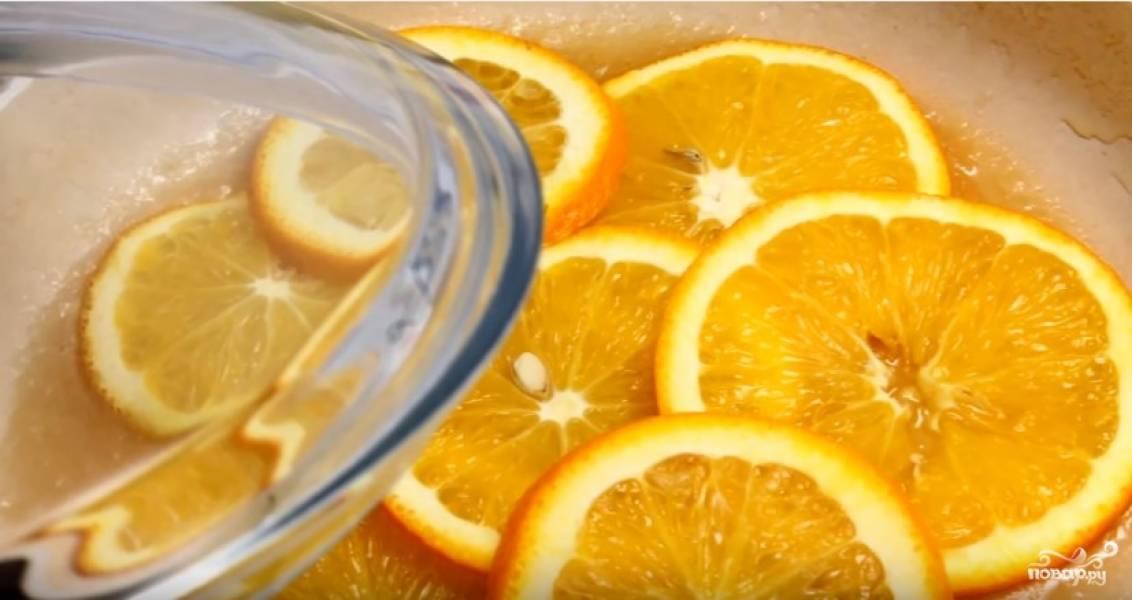 Выложите в сироп нарезанные тонкими кружочками апельсины и на медленном огне, под крышкой, прокипятите их в течение 7-8 минут.