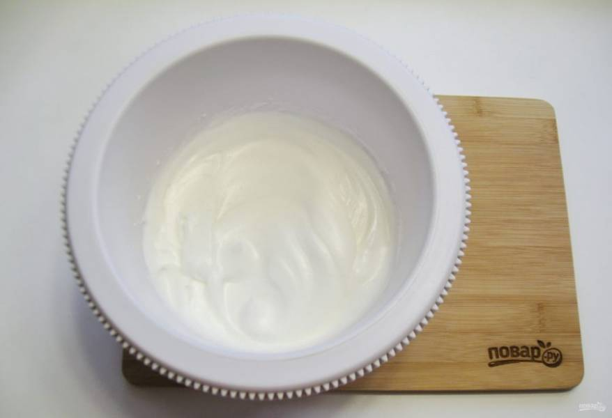 С помощью миксера взбейте в крутую белую пену. Постепенно всыпьте сахар, каждый раз взбивая. Должна получиться густая, вязкая масса, похожая на зефир.