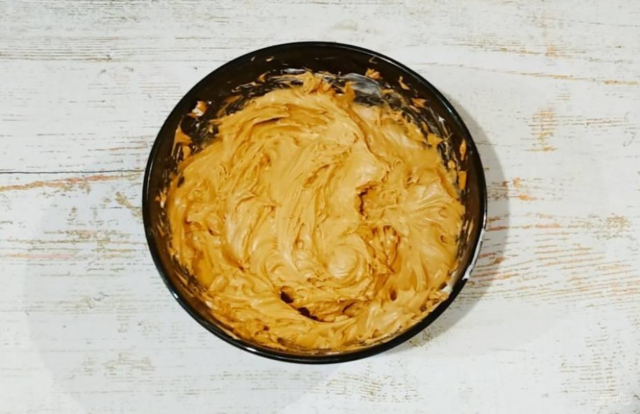 Теперь приступим к подготовке крема. Сливочное масло взбейте до пышности, добавьте варенную сгущенку и снова все взбейте. Крем готов.